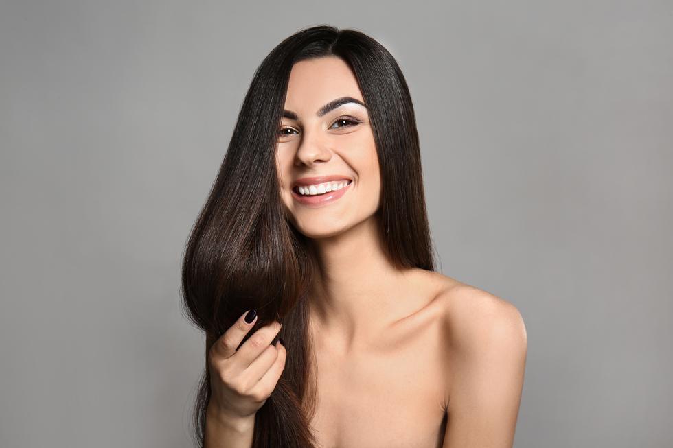 ¿Sabías que tienes casi 100,000 mechones de cabello y que aproximadamente pierdes 100 hebras de ellos diariamente? ¡Tranquila, es normal! Sin embargo, el cabello es parte importante de nuestra identidad, una manera  de expresarnos y decir quiénes somos. Ya sea con unas divertidas trenzas, recogido o usándolo suelto y largo; la caída de éste no debería ser un limitante. (Foto: Shutterstock)