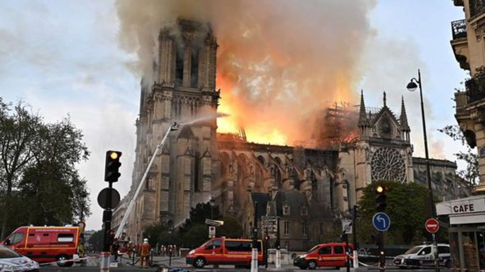 La catedral ardió durante horas antes de que los bomberos pudieran controlar las llamas. (Foto: Getty)
