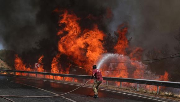 Un bombero combate el incendio forestal en el distrito de Marmaris, este domingo en Mugla (Turquía), donde ya hay al menos siete fallecidos. (Foto: EFE/ Erdem Sahin).