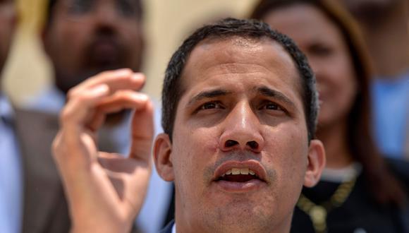 En una serie de tuits, el presidente encargado desestimó las explicaciones oficiales sobre un hackeo a las redes eléctricas y culpó a la corrupción del gobierno de Maduro por descuidar el mantenimiento del servicio. (AFP)