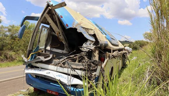 De acuerdo con el Cuerpo de Bomberos, 37 pasajeros que viajaban en el autobús murieron en el local y otros 3 fallecieron en hospitales de la región a causa de las graves heridas que sufrieron. (Foto: Juliano Oliveira/AP).