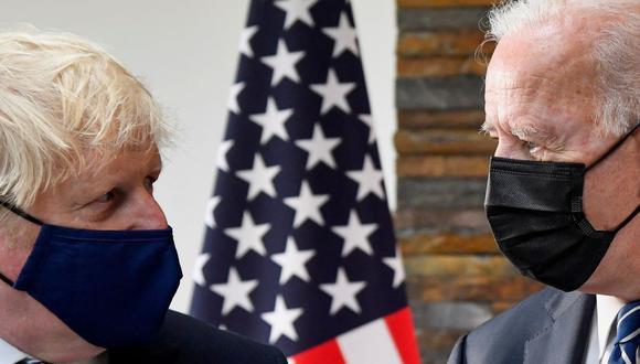 El primer ministro británico, Boris Johnson (izq.), y el presidente de Estados Unidos, Joe Biden, en una imagen del 10 de junio de 2021. (TOBY MELVILLE / POOL / AFP).