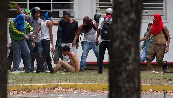 Venezuela: Chavistas golpean y desnudan a estudiantes