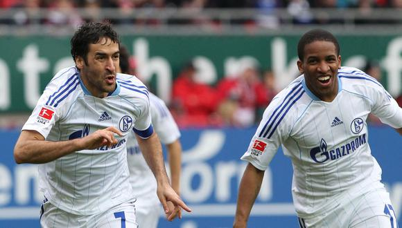 Farfán y Raúl celebrando una anotación durante el paso común que ambos tuvieron por el Schalke  (Foto: AFP / Daniel Roland)
