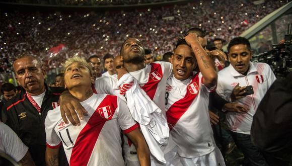 Los peruanos Raúl Ruidiaz (L), Jefferson Farfán (C) y Christian Cueva celebran luego de derrotar a Nueva Zelanda por 2-0 y clasificarse para la Copa Mundial de Fútbol 2018, en Lima, Perú, el 15 de noviembre de 2017. (Foto de Ernesto BENAVIDES / AFP)