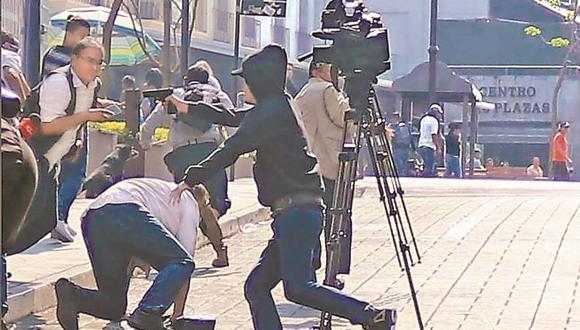 El agresor se abrió paso entre periodistas para disparar contra representantes sindicales, quienes encabezaron una protesta de comerciantes. Foto: El Universal de México/ GDA