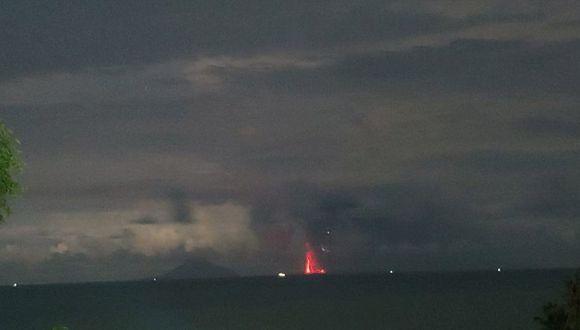 El volcán Krakatoa entra en erupción y expulsa nubes de ceniza, humo y magma en Indonesia. (Reuters).