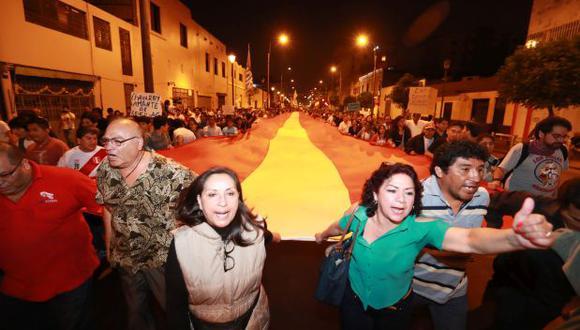 Ciudadanos salieron a las calles de Cercado de Lima para expresar su rechazo a la decisión de Chávarry. (Foto: GEC)