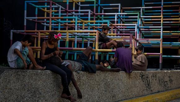 Un grupo de niños juega en una calle el pasado 25 de noviembre de 2018, en el sector de Chacao, en Caracas (Venezuela). (Foto referencial: EFE/Miguel Gutiérrez).