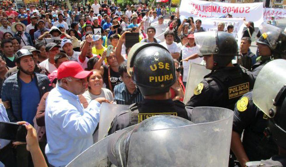 Piura: ambulantes se enfrentan con policías en protesta por reordenamiento de mercado