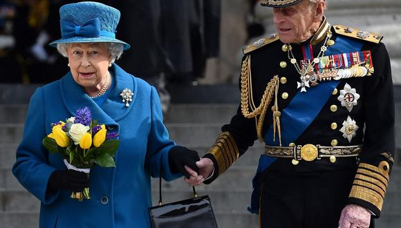 En esta foto del 13 de marzo de 2015, la reina Isabel II y el príncipe Felipe, duque de Edimburgo, abandonan la catedral de San Pablo en Londres. (Foto de Ben STANSALL / AFP).