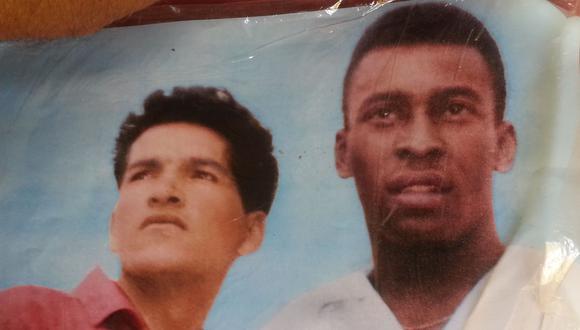 Reproducción a colores de la foto que le tomaron a Eduardo 'Patato' Márquez y Pelé antes del partido de 1966 (Foto: Jorge Malpartida)