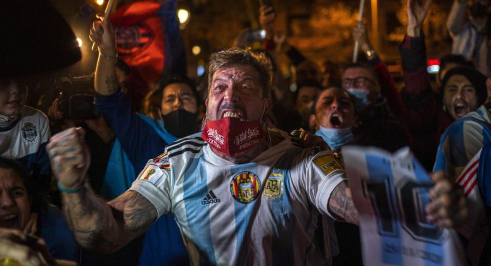 Los fanáticos del fútbol reaccionan al conmemorar a la leyenda del fútbol Diego Maradona en Barcelona, España. (Foto: AP / Emilio Morenatti)