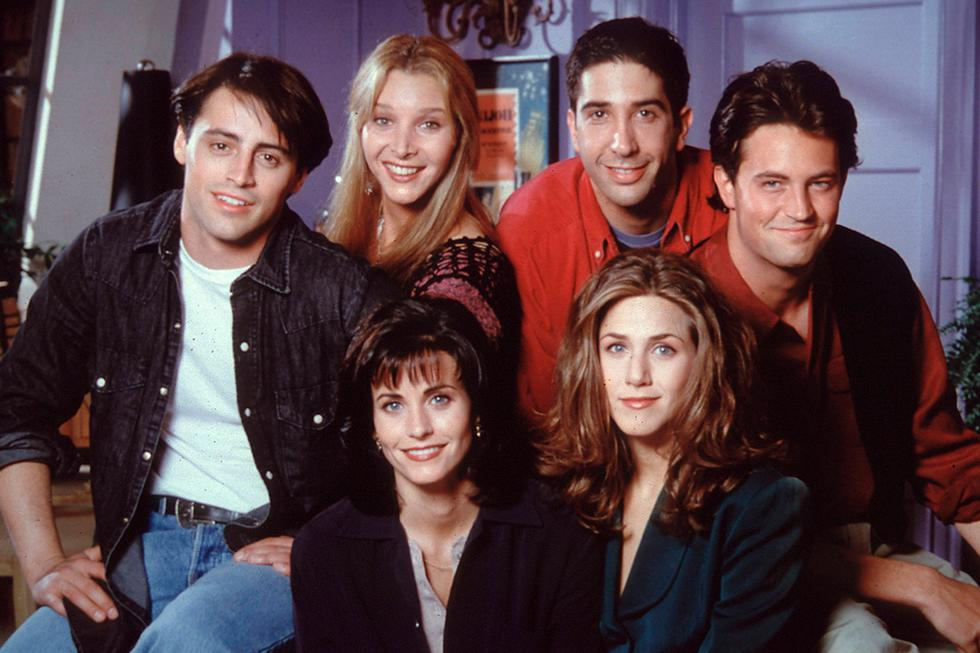 """La exitosa serie de comedia """"Friends"""" se estrenó en setiembre de 1994 y tuvo 10 temporadas con 236 capítulos en total. En sus episodios narra las aventuras de seis jóvenes neoyorquinos interpretados por Matthew Perry, Lisa Kudrow, Courteney Cox, David Schwimmer, Jennifer Aniston y Matt LeBlanc, quienes atraviesan diversas situaciones pero se mantienen unidos por una divertida amistad. (Foto: NBC)"""