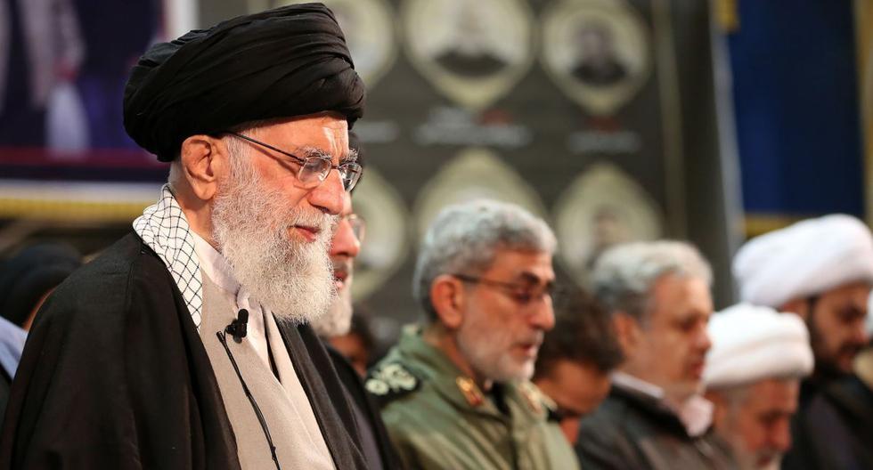 El ayatola Ali Jamenei dirige una oración junto al recién nombrado jefe de la Guardia Revolucionaria Islámica, Esmail Ghaani (con uniforme verde), sobre los ataúdes del comandante Qasem Soleimani y el jefe paramilitar iraquí Abu Mahdi al-Muhandis, en la Universidad de Teherán. (AFP)