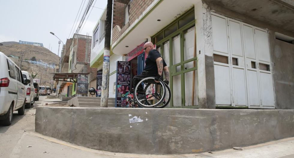La esquina de los 70 centímetros de altura, en la manzana K, no tiene rampa para personas con discapacidad ni señalización que alerte a los transeúntes. (Foto: Alonso Chero)