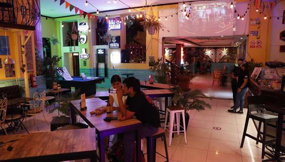 Del sector restaurantes y afines, el único rubro que aún no se reactiva es el de los bares y cantinas. Frente a ello, estos negocios han puesto en segundo plano la venta de licores. (Foto: El Comercio / Hugo Pérez)