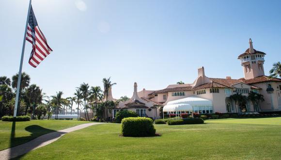 La bandera de Estados Unidos ondea a media asta en el resort Mar-a-Lago del presidente de los Estados Unidos, Donald Trump, en Palm Beach, Florida. (Foto: MANDEL NGAN / AFP).