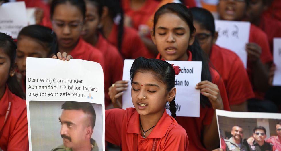 Desde que se conoció la captura de Abhinandan Varthaman por parte de Pakistán, personas en la India se reunión para protestar y pedir su liberación. (AFP)