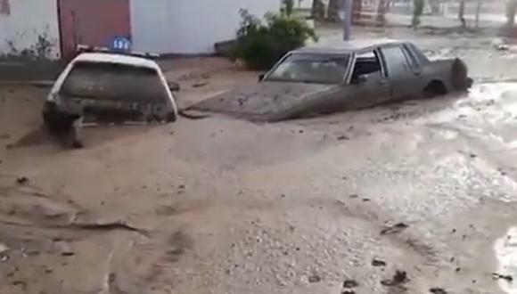 Los autos han terminado volcados y cubiertos de lodo. La situación se repite en viviendas, colegios y otros lugares. (Foto: Captura Radio Uno)