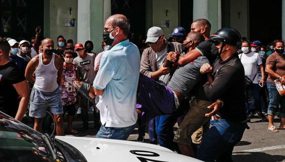 Un hombre es arrestado durante una manifestación contra el gobierno del presidente cubano Miguel Díaz-Canel en La Habana. (Foto: AFP / ADALBERTO ROQUE).