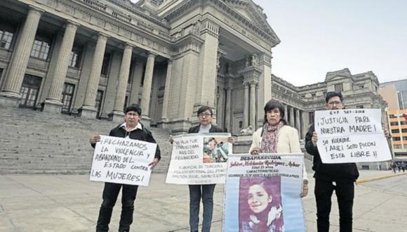 Ángel y Brayan Olano (a los extremos), Isabel Mayo y Rosario Aybar exigen justicia para sus familiares, víctimas de violación sexual, feminicidio y desaparición, respectivamente. (Alessandro Currarino / El Comercio)