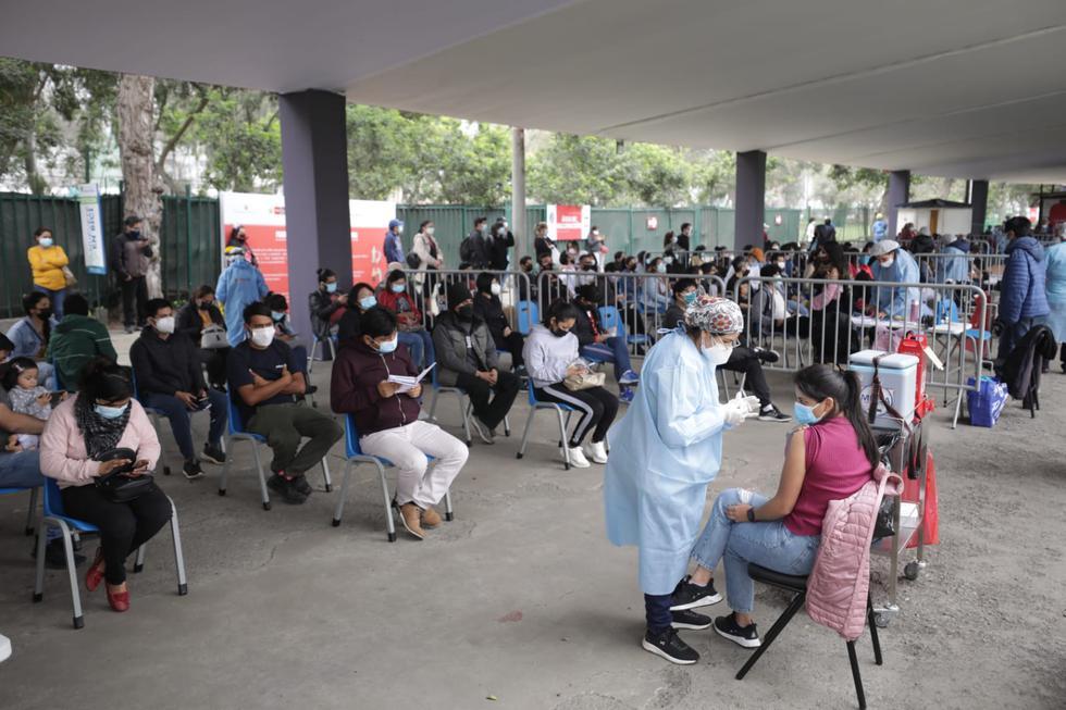 Hoy sábado 25 de setiembre se inició el tercer VacunaFest contra el COVID-19 para Lima Metropolitana y Callao, donde los grupos etarios establecidos serán inoculados durante 36 horas ininterrumpidas hasta el domingo 26 de setiembre. En las primeras horas de inoculación, se evidenció una considerable cantidad de jóvenes que acudieron al vacunatorio del Campo de Marte.  (Foto: Britanie Arroyo / @photo.gec)