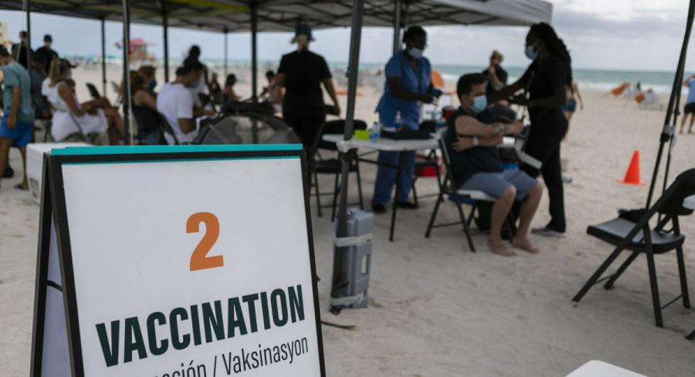 Las personas reciben una vacuna Johnson & Johnson Covid-19 en un centro de vacunación emergente en la playa, en South Beach, Florida. (Foto: Eva Marie UZCATEGUI / AFP).