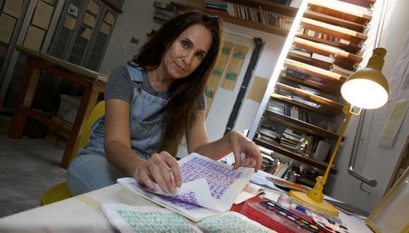 """La artista Luz María Bedoya participa en el proyecto De voz a voz Perú, con una serie titulada """"Cuadernos Loro"""". Foto: Juan Ponce."""