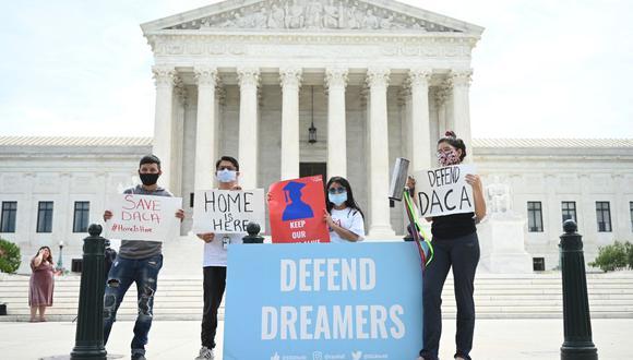 Manifestantes de Acción Diferida para los Llegados en la Infancia (DACA) se protestan frente a la Corte Suprema de Estados Unidos en Washington, DC, el 15 de junio de 2020. (Foto de JIM WATSON / AFP).