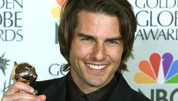 """El actor Tom Cruise con su Globo de Oro a Mejor actor por """"Magnolia"""" (1999). La estrella de cine recientemente devolvió tres galardones a la Asociación de la Prensa Extranjera de Hollywood en protesta a su falta de diversidad. (Foto: Vince Bucci/ AFP)"""