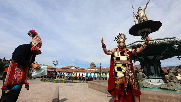 Por la pandemia, las fiestas del Cusco e Inti Raymi se transmitieron de manera virtual. Sin su ejército, el persona del sinchi, general del Inca, tuvo que recorrer una plaza vacía. (Foto: Melissa Valdivia)