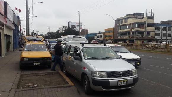 Estos taxis ponen en peligro a los peatones en avenida Canadá