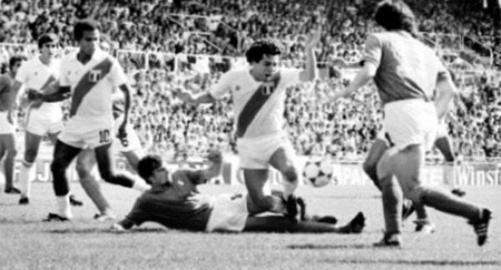 César Cueto en acción. El zurdo peruano completó así los dos mundiales que disputó. El volante consideró que para España 82 el equipo llegó muy cansado por tantos partidos previos disputados. (Foto: Archivo histórico de El Comercio)