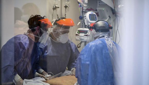 Trabajadores de la salud atienden a un paciente de coronavirus COVID-19 en la Unidad de Cuidados Intensivos de El Cruce - Hospital Dr. Nestor Kirchner en Florencio Varela, Argentina, el 13 de abril de 2021. (Foto de RONALDO SCHEMIDT / AFP).