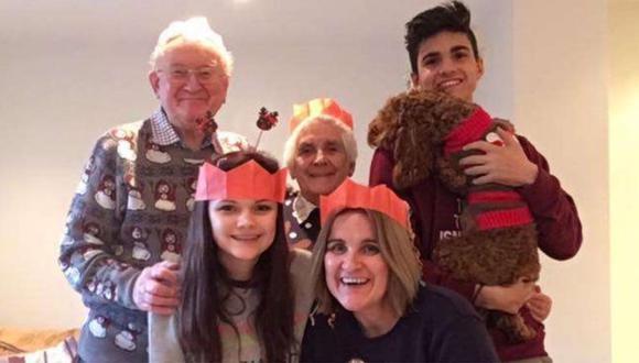 En la foto vemos a Katie Scott en la Navidad de 2017 junto a su madre, Hazel, su hermano, Ben y sus abuelos Anne y John. (Foto: Katie Scott)