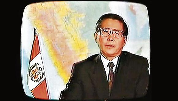 La ya célebre imagen del presidente Fujimori, en 1992, cuando decidió disolver el Congreso.