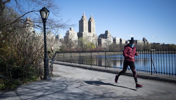 Ya no hay béisbol, ni carruajes de caballos, ni hordas de turistas. Han sido reemplazados por el canto de los pájaros, caminatas solitarias y un renovado aprecio por la belleza del Central Park durante la cuarentena de Nueva York debido al coronavirus. (Johannes EISELE / AFP).