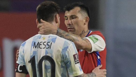 Lionel Messi y Gary Medel se volvieron a enfrentar tras casi dos años y hubo amistoso final. (Foto: AFP)