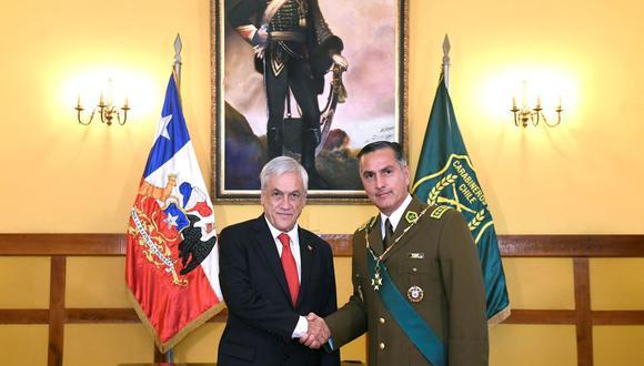El presidente de Chile, Sebastián Piñera y el director de Carabineros de Chile, Mario Rozas, se saludan durante la ceremonia de ascenso del general como alto mando de la policía, el 7 de enero de 2019 en Santiago. (EFE/Presidencia de Chile).