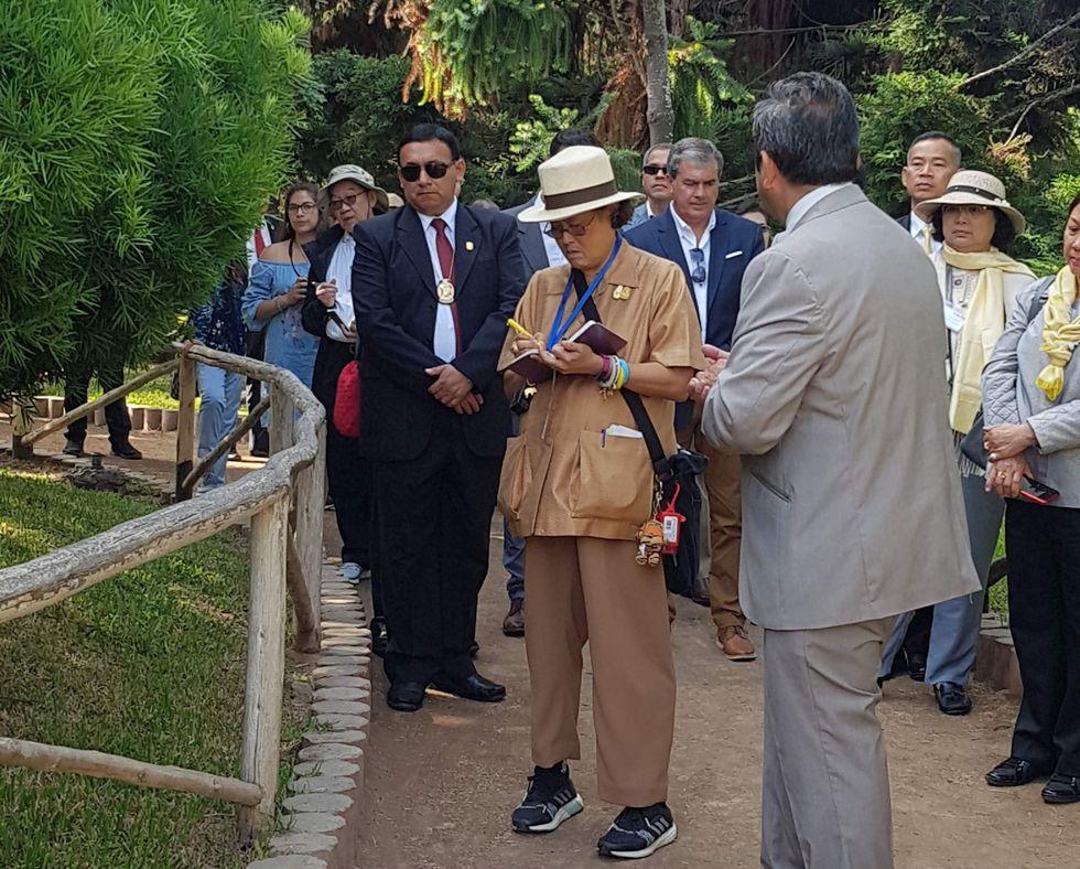 Al final de su visita, se le obsequió una flor de Amancaes (Foto: Parque de las Leyendas).