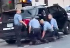 Aparece nuevo video que muestra que tres policías presionaron sus rodillas sobre George Floyd
