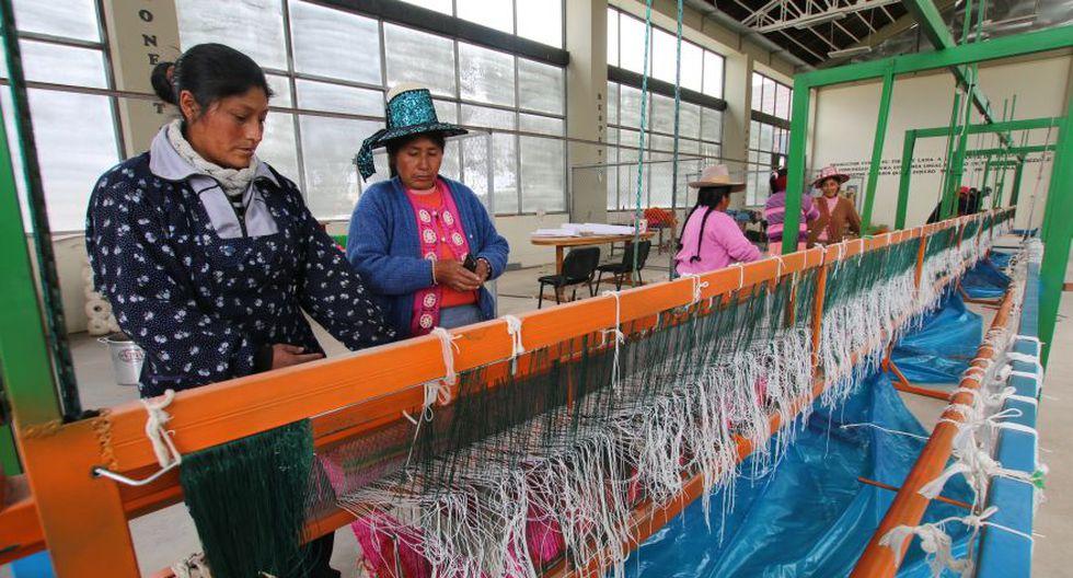 El telar peruano superó el récord vigente alcanzado por China con un tejido de 276.41 m2. Felicitaciones son Oficialmente Asombrosos!
