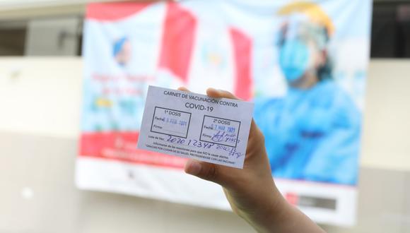 Mientras el debate por la compra de las vacunas, en el Perú el personal médico continúa recibiendo la segunda dosis de la vacuna contra el COVID-19. (Foto: Britanie Arroyo / @photo.gec)