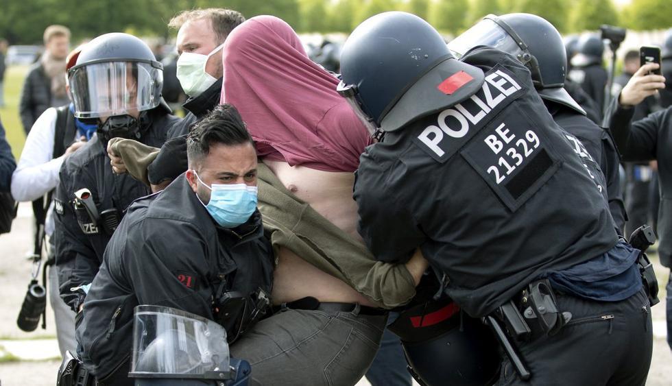 Los oficiales de la policía arrestan a un hombre durante una manifestación contra las medidas para prevenir la propagación del nuevo coronavirus en Berlín, Alemania (AP/Michael Sohn).