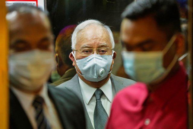 Najib fue condenado a 12 años de cárcel por el delito de abuso de poder, a 10 años de prisión por cada uno de los de lavado de dinero y a otros 10 por los de abuso de confianza, pero tendrá que cumplir todas las condenas de forma simultánea. (Foto: EFE/EPA/AHMAD YUSNI)