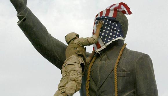 Una de las imágenes emblemáticas de abril del 2006, cuando un marine de Estados Unidos coloca la bandera de su país en una estatua del entonces presidente iraquí Saddam Hussein. (AFP).