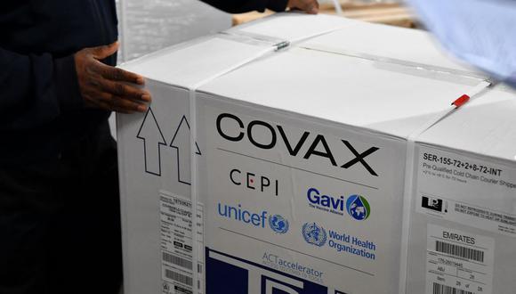 Coronavirus: Una caja de la vacuna Covishield desarrollada por el Serum Institute of India es descargada en el aeropuerto de Bombay el 24 de febrero de 2021, como parte del esquema Covax. (INDRANIL MUKHERJEE / AFP).