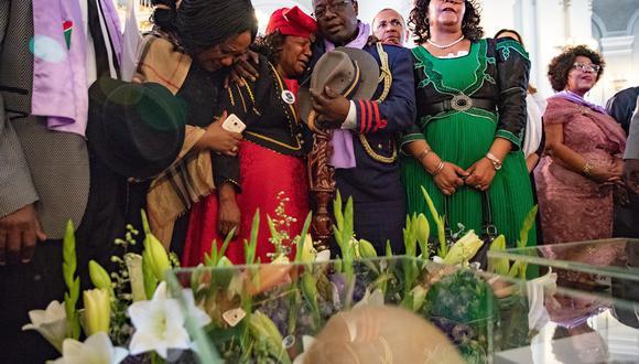 La delegación de Namibia llora al ver los cráneos de los herero y los nama víctimas del genocidio perpetrado por Alemania. EFE