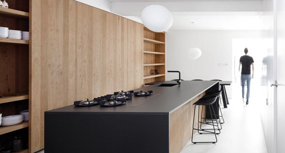 En la cocina, utiliza tableros de granito o de cuarzo negro, estas piezas aportan un brillo especial que acentúa la elegancia de los espacios. De i29 Architects.